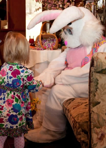 Stroudsmoor Country Inn - Stroudsburg - Poconos - Easter Event Holiday - Easter Bunny With Small Girl